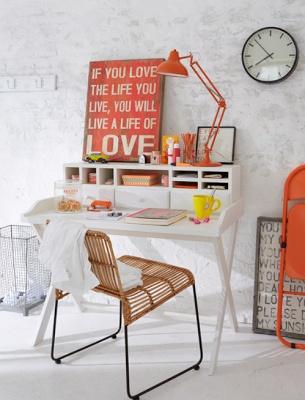 Touches oranges dans un bureau - Image trouvée sur natetnature.blogspot.fr